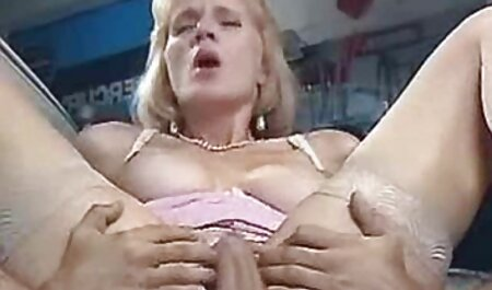 Macho com uma linda foda de uma jovem em lingerie caiu na net videos com um pênis longo em um preservativo