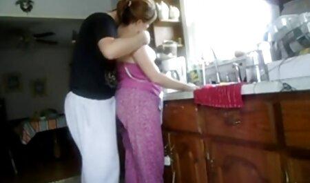 Uma garota em um video de sex amador terno convida um novo amigo para fazer sexo