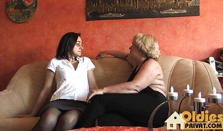 Massagista pornos caiu na net jogando uma vara para um jovem cliente no sofá