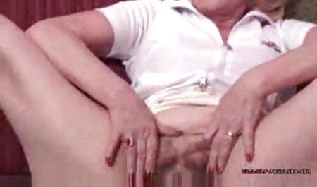 Tatuado menina fry boquete amador na frente da webcam